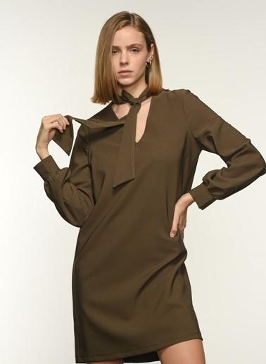 NGSTYLE Ngkaw20El0064 Yaka Fular Detaylı Elbise Haki